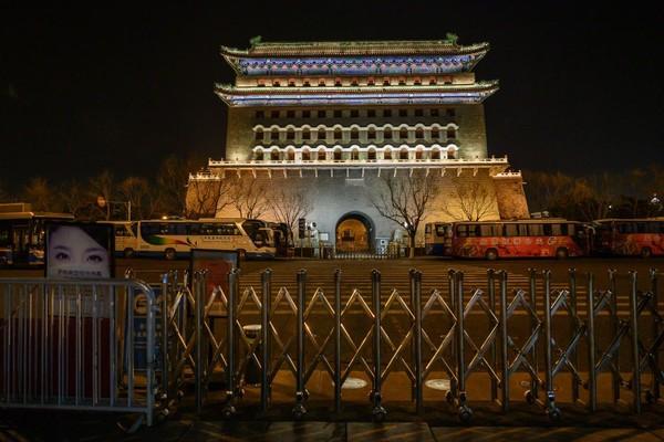 Gerbang Qianmen di Beijing, China, yang ditutup untuk turis karena masa lockdown selama dua bulan. China merupaka salah satu negara yang menerima banyak korban jiwa dengan 81.000 kasus Covid-19. Getty Images/Kevin Frayer.