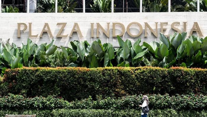 Penjaga toko membersihkan produk dagangannya di Plaza Indonesia, Jakarta, Selasa (24/3/2020). Ketua Asosiasi Pengelola Pusat Belanja Indonesia (APPBI) DKI Ellen Hidayat mengatakan sebagai upaya pencegahan penyebaran virus COVID-19 di ruang publik, pusat perbelanjaan Plaza Indonesia akan tutup sementara mulai 25 Maret hingga 3 April 2020,  namun tidak berlaku untuk toko yang menjual kebutuhan pokok dengan jam operasional mulai pukul 11 siang- 5 sore. ANTARA FOTO/Muhammad Adimaja/ama.