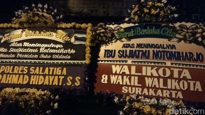 Sebagian karangan bunga dukacita atas meniggalnya ibunda Jokowi, Sudjiatmi Notomihardjo di Solo, Rabu (25/3/2020).