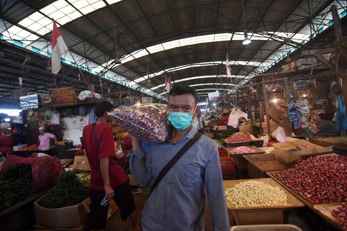 Tak ada yang berbeda dari hari-hari biasanya. Kegiatan jual beli di pasar tersebut juga masih berjalan dengan normal meski pandemi COVID-19 tengah mewabah.