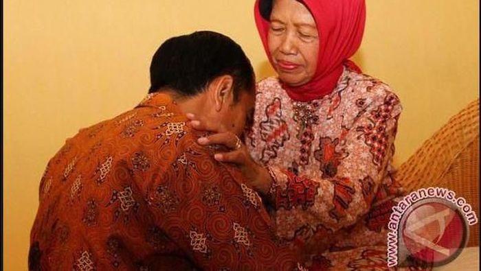 Ibunda Presiden Joko Widodo, Sudjiatmi Notomiharjo, telah meninggal dunia pada usia 77 tahun. Begini beberapa momen kebersamaan Jokowi dengan almarhumah ibunya.