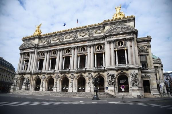 Jalanan yang sepi di depan gedung Rumah Opera Garnier di Paris, Prancis. Presiden Prancis menghimbau warga untuk tetap dirumah selama masa lockdown. Getty Images/Pascal Le Segretain.