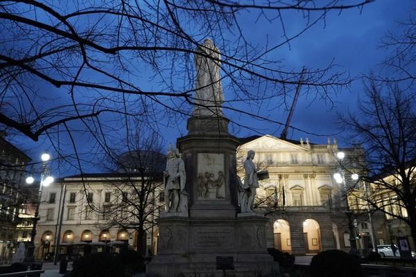 Alun-alun Piazza Della Scala yang terlihat sepi di Milan, Italia. Getty Images/Vittorio Zunino Celotto.