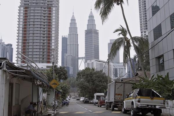 Suasana Kuala Lumpur dengan latar belakang Petronas Malaysia yang sepi karena di lockdown akibat wabah COVID-19. Getty Images/Rahman Roslan.