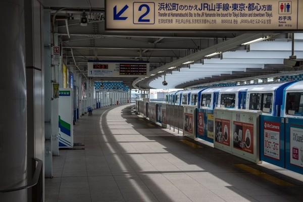 Sebuah platform kosong digambarkan di sebuah stasiun kereta api yang melayani Bandara Haneda di Tokyo, Jepang. Bandara Haneda, tersibuk keempat di dunia, kini mengalami penumpang jauh lebih sedikit daripada biasanya ketika negara-negara di seluruh dunia menutup perbatasan mereka dan membatasi masuknya orang asing di tengah langkah-langkah yang sedang dilakukan untuk menghadapi pandemi Covid-19 yang sejauh ini telah menginfeksi sekitar 184.000 orang. Getty Images/Carl Court.
