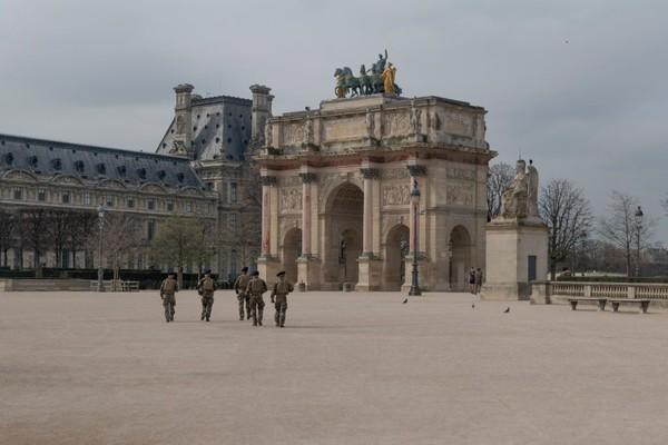 Petugas militer melakukan patroli di kawasan Museum Louvre saat masa lockdown di Prancis. Getty Images/Veronique De Viguerie.