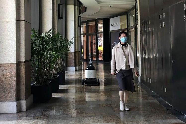 Virus Corona membuat warga di China menerapkan social distancing. Robot pengantar makanan pun banyak diburu untuk mudahkan aktivitas warga selama isolasi diri.