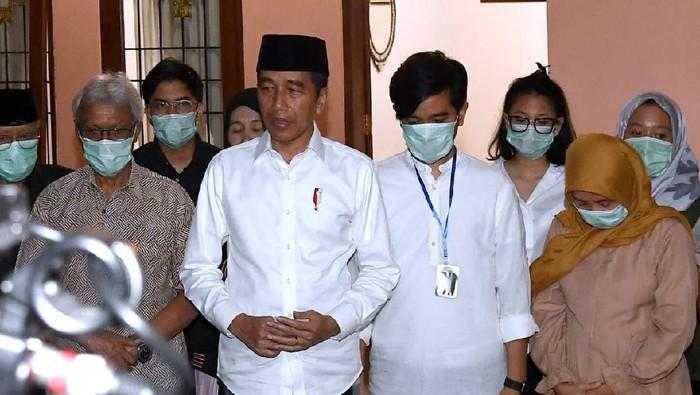 Suasana di rumah duka almarhumah ibunda Presiden Jokowi, Sdjiatmi Notomiharjo