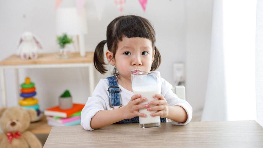 Ini Cara Mudah Agar Si Kecil Mau Minum Susu