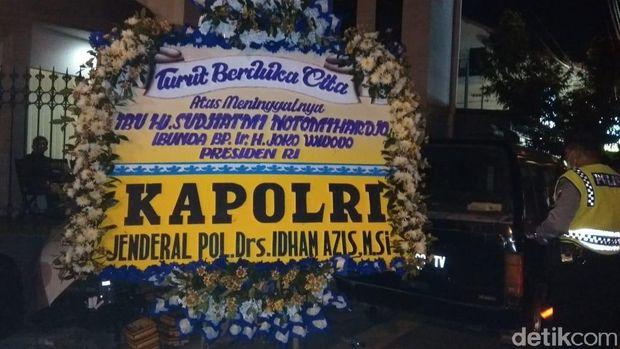 Karangan Bunga Mulai Berdatangan di Rumah Duka Ibunda Jokowi