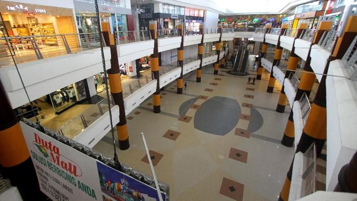 Suasana pusat perbelanjaan yang sepi pengunjung di Duta Mall, Banjarmasin, Kalimantan Selatan, Selasa (24/3/2020). Aktivitas di pusat perbelanjaan tersebut sepi setelah pemerintah setempat mengimbau kepada masyarakat agar mengurangi aktivitas di keramaian mengingat telah ditemukannya satu pasien positif virus COVID-19 di Kota Banjarmasin. ANTARA FOTO/Bayu Pratama S/aww.