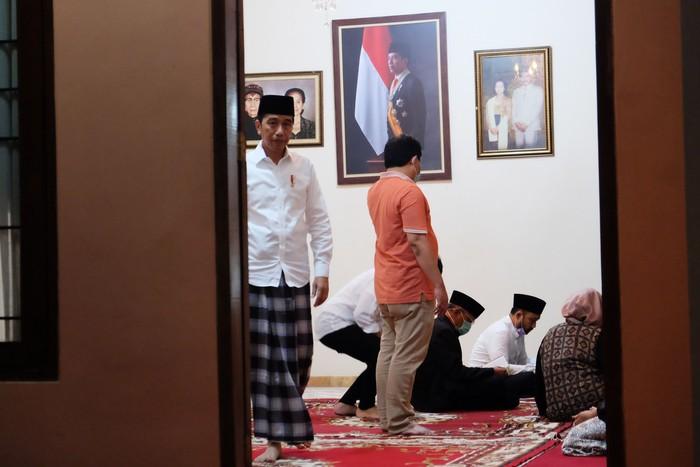 Presiden Joko Widodo (tengah) didampingi putra sulung presiden, Gibran Rakabuming Raka (kanan) beserta keluarga memberikan keterangan pers terkait wafatnya ibunda Presiden Joko Widodo, Sujiatmi Notomiharjo di rumah duka, Sumber, Banjarsari, Solo, Jawa Tengah, Rabu (25/3/2020). Dalam keterangannya, Presiden Joko Widodo menyatkan bahwa Ibunda Presiden Joko Widodo, Sujiatmi Notomiharjo meninggal dunia karena sakit kanker yang sudah diderita sejak 4 tahun ini. ANTARAFOTO/Maulana Surya/foc.