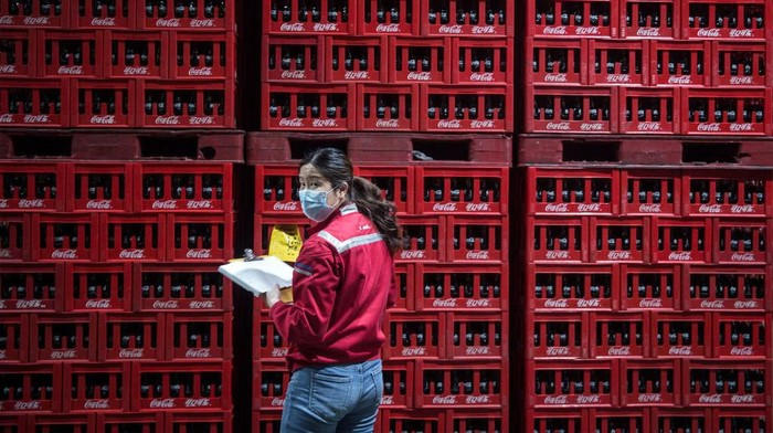 Wabah Corona turut berdampak pada sektor industri di China. Usai laporkan penurunan kasus baru COVID-19, industri Negeri Tirai Bambu kembali bergeliat.