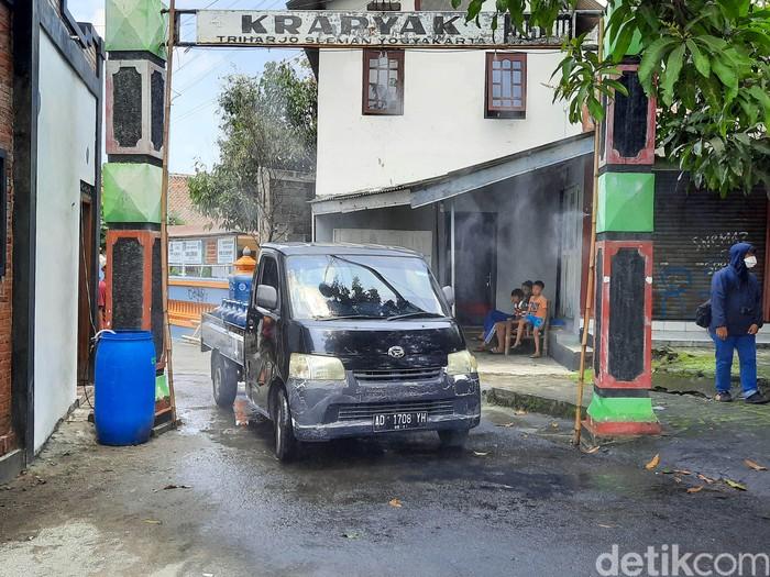 Kreatif, Karang Taruna RW 20 Dusun Krapyak, Sleman, membuat semprotan disinfektan otomatis. Semprotan disinfektan otomatis ini terpasang di gapura Dusun Krapyak.