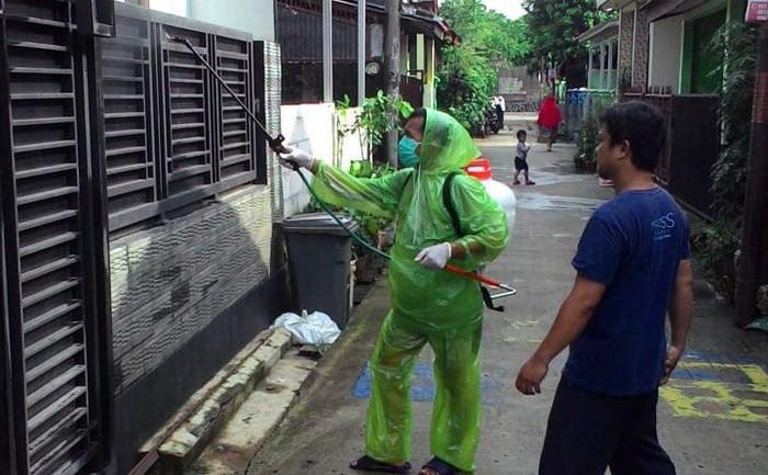 Warga salah satu perumahan di Sawangan, Depok, melakukan penyemprotan disinfektan secara mandiri. Hal ini guna mencegah penyebaran virus corona.