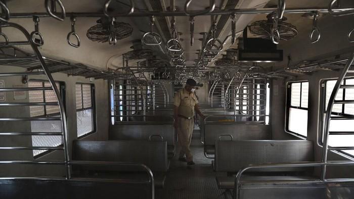 Penerapan lockdown membuat akses transportasi ke luar dan masuk India dihentikan sementara. Stasiun kereta yang biasanya ramai oleh warga kini sunyi dan sepi.