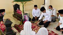 Suasana Haru di Pusara Terakhir Ibunda Jokowi