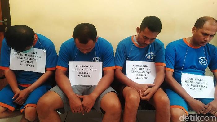 Polres Cianjur berhasil menangkap empat orang pelaku pencurian ratusan kotak masker di Gudang Farmasi RSUD Pagelaran Kabupaten Cianjur. Ini dia tampangnya.