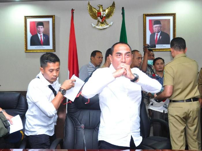 Gubernur Sumut Edy Rahmayadi menyapa wartawan usai memberikan keterangan pers terkait COVID-19 di Medan, Sumatera Utara, Senin (16/3/2020). Guna mengantisipasi penyebaran virus corona COVID-19, pemerintah provinsi Sumut memberlakukan status level Siaga yang saat ini telah mengisolasi tiga orang Pasien Dalam Pengawasan (PDP) di Rumah Sakit Umum Pusat H Adam Malik Medan. ANTARA FOTO/Septianda Perdana/foc.