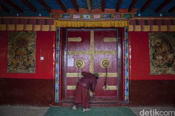 Beberapa biara yang dapat dikunjungi adalah Key Monastery, Dhankar Monastery, Kungri Monastery, dan Tabo Monastery, salah satu biara tertua di India yang berdiri sejak tahun 996 SM.
