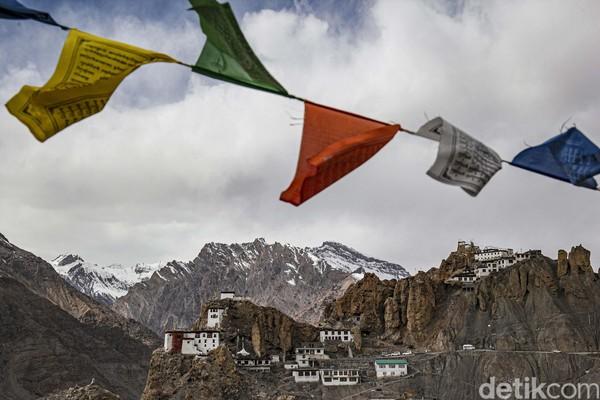 Bangunan Dhankar Monastery tampak dari kejauhan.