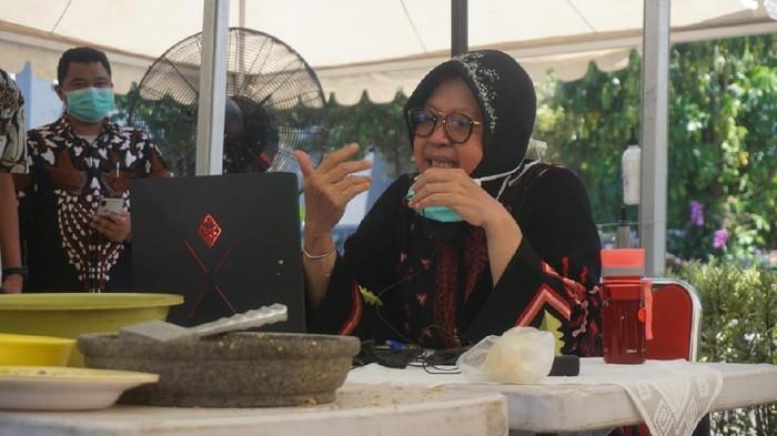 Wali Kota Surabaya Tri Rismaharini rapat koordinasi perekonomian dengan teleconference. Ia mengurangi berkumpul atau bertatap muka untuk mencegah penyebaran virus corona.