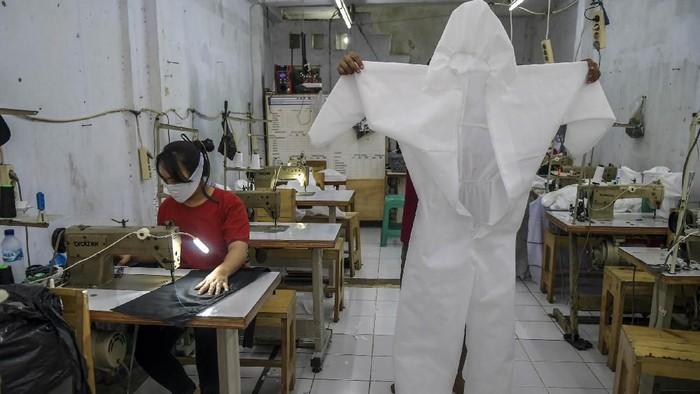 Pekerja membuat pakaian alat perlindungan diri (APD) tenaga medis di Pusat Industri Kecil, Penggilingan, Jakarta, Kamis (26/3/2020). Pakaian APD tersebut dijual Rp45.000 untuk jenis pakaian sekali pakai dan Rp75.000 untuk pakaian yang bisa dicuci. ANTARA FOTO/Galih Pradipta/ama.