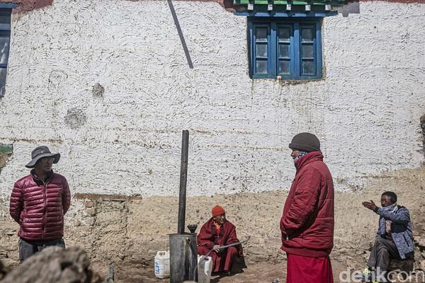 Para calon biksu ini banyak yang berasal dari luar daerah Spiti Valley. Ketenangan yang ada di Spiti Valley ini digemari para biksu untuk bermeditasi. Salah satunya