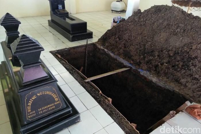 Liang lahat untuk jenazah Sudjiatmi juga telah selesai digali. Liang lahat tersebut persis disamping kiri makam suaminya, Widjiatno Notomihardjo.