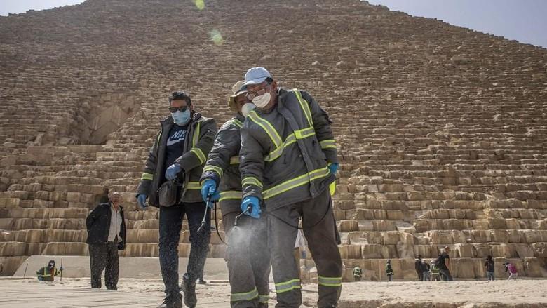 Penyemprotan Disinfektan di Kawasan Piramida