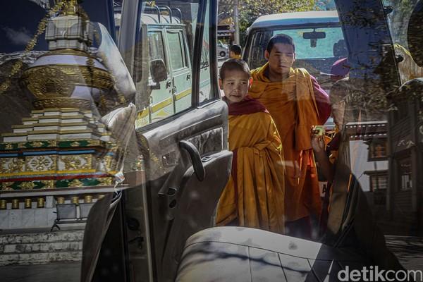 Di Spiti Valley terdapat beberapa biara yang dapat dikunjungi oleh masyarakat umum dan turis, namun tidak semua biara mengizinkan pengunjung untuk mengambil gambar di dalamnya.