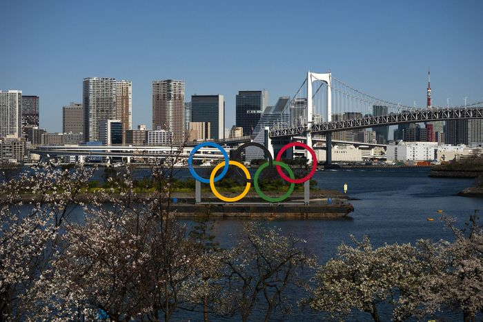 Pandemi Corona membuat pesta olahraga Olimpiade 2020 Tokyo terpaksa ditunda tahun depan. Hal itu ditandai dengan pemulihan api khas Olimpiade di kawasan Jepang Utara.