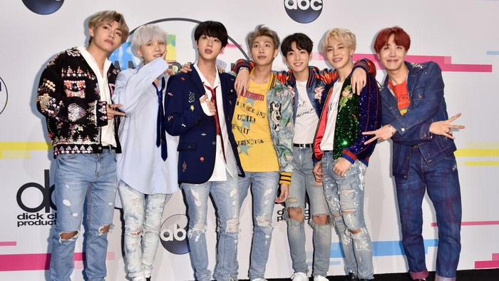 LOS ANGELES, CA - NOVEMBER 19:  BTS poses in the press room during the 2017 American Music Awards at Microsoft Theater on November 19, 2017 in Los Angeles, California.  (Photo by Alberto E. Rodriguez/Getty Images)