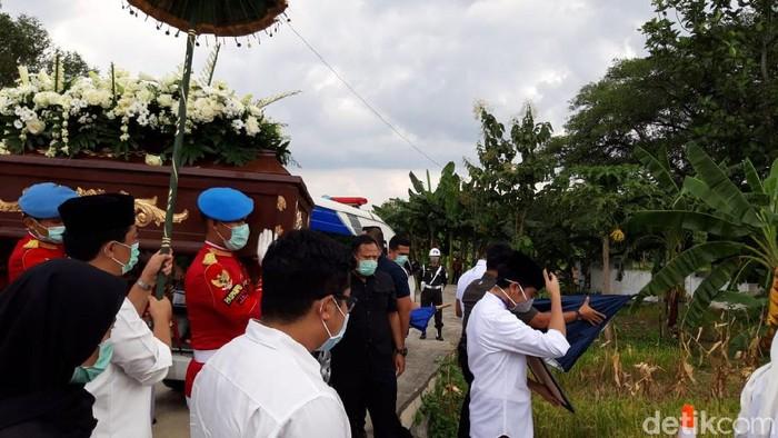 Jenazah ibunda Jokowi tiba di tempat pemakaman keluarga di Karanganyar, Kamis (26/3/2020).