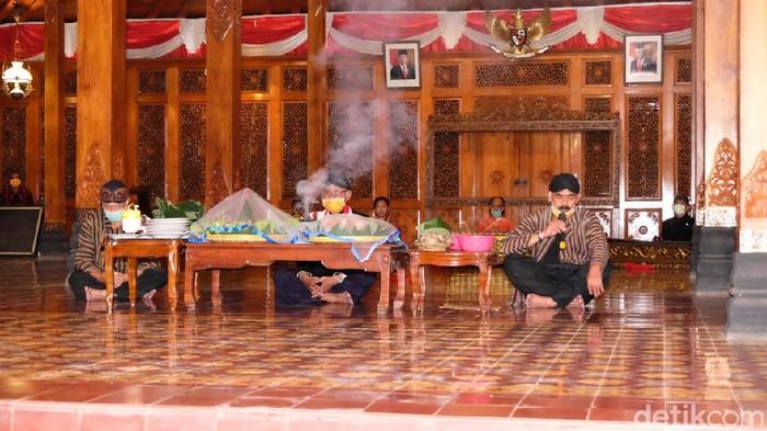 Umbul donga di Solo doakan ibunda Jokowi dan usir Corona