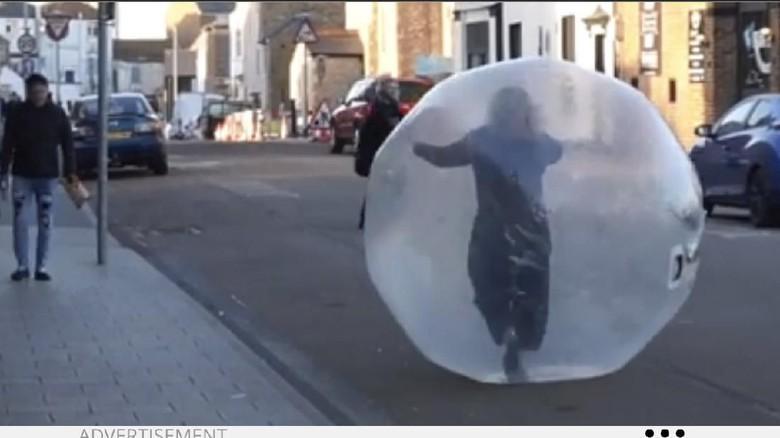 Perempuan dalam bola plastik raksasa