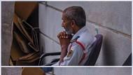 Viral Foto Haru Satpam Stasiun LRT Berdoa, Tak Bisa WFH Saat Pandemi Corona
