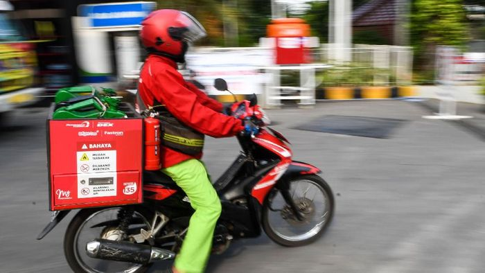 Petugas mengisi bahan bakar minyak (BBM) jenis solar ke dalam jeriken untuk layanan pesan antar BBM Pertamina di SPBU Pertamina MT Haryono, Jakarta, Rabu (25/3/2020). Jasa layanan pesan antar Pertamina call center 135 untuk BBM atau LPG tersebut sebagai bentuk upaya mendukung program pemerintah agar warga bekerja dari rumah guna menekan penyebaran pandemi virus corona atau COVID-19. ANTARA FOTO/M Risyal Hidayat/aww.