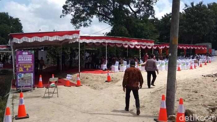 Ibunda Presiden Jokowi, Sudjiatmi Notomihardjo akan dikebumikan di pemakaman keluarga Mundu, Karanganyar. Pelayat yang masuk area pemakaman dicek suhu tubuhnya.