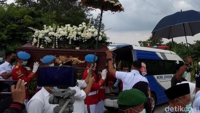 Jenazah Ibunda Jokowi tiba di pemakaman keluarga
