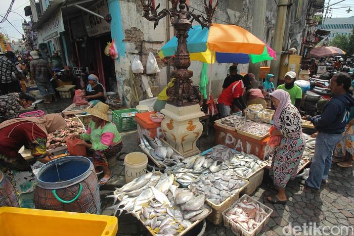 Warga memilih ikan di Pasar Pabean Surabaya, Jawa Timur, Rabu (25/3/2020). Pasar ikan itu masih ramai dikunjungi pembeli meski pandemi COVID-19 tengah mewabah. ANTARA FOTO/Didik Suhartono/aww.