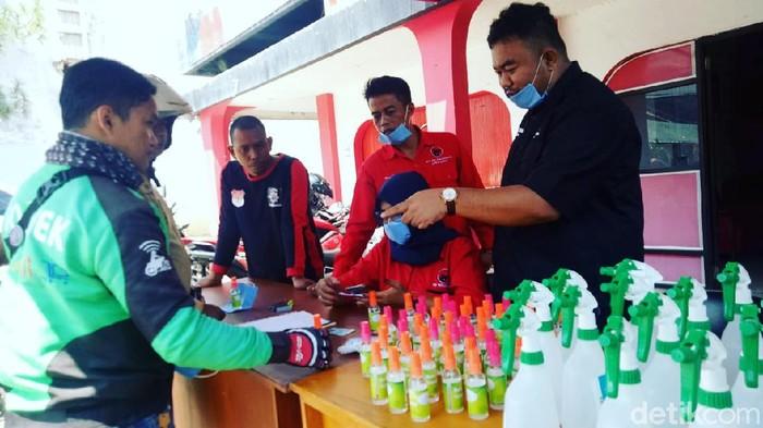 Kader PDIP di Gatrut bagi-bagi hand sanitizer untuk ojol dan penumpang angkot