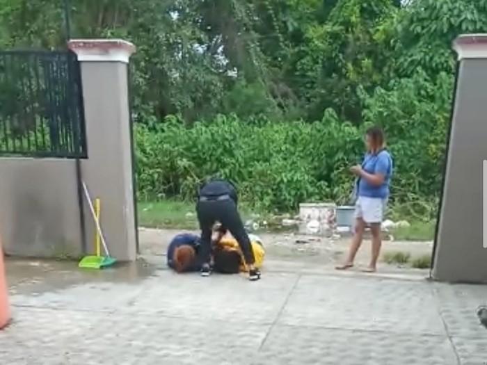 Viral perempuan di Bone dianiaya karena dituduh sebagai pelakor. Penganiayaan tersebut disiarkan langsung di medsos (screenshot video viral)