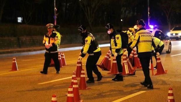 Pandemi Corona di Korsel, Pengemudi Harus Zig Zag saat Dirazia Polisi