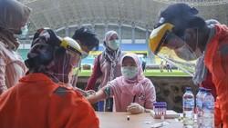 Pemkot Bekasi melakukan test massal Corona untuk ratusan tenaga medis di Bekasi. Berikut foto-foto momennya.