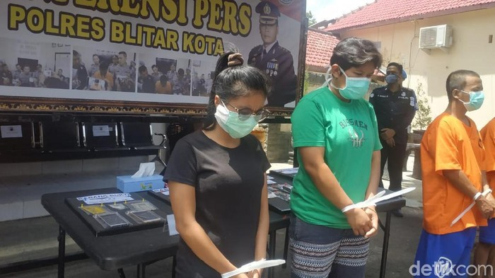 Dua warga Kabupaten Blitar ditangkap karena mengedarkan sabu. Selain itu, dua wanita yang mengaku teman intim ini juga mengkonsumsi sabu tersebut agar lebih senang saat berduaan.