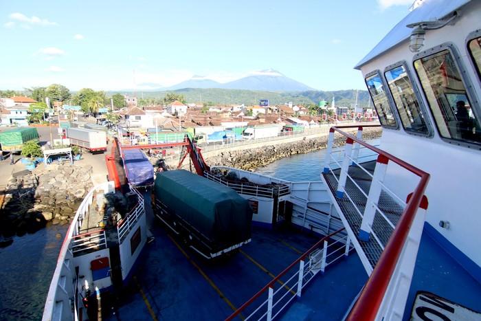 Aktivitas bongkar muat di pelabuhan Ketapang, Banyuwangi, Jawa Timur, Kamis (26/3/2020). Pelabuhan penyeberangan Ketapang-Gilimanuk kembali beroperasi seperti biasa, setelah sebelumnya ditutup  untuk menghormati umat Hindu di Bali yang merayakan Hari Raya Nyepi tahun 1942 Caka. ANTARA FOTO/Budi Candra Setya/ama.