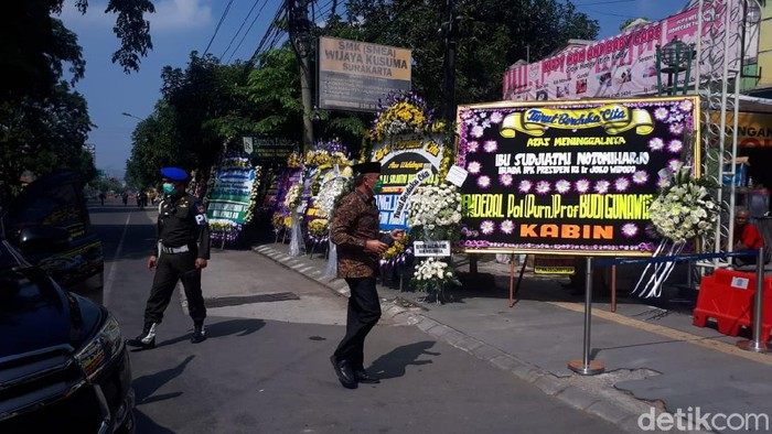Ketua Umum PSSI, Mochamad Iriawan atau Iwan Bule melayat ibunda Jokowi, Solo, Kamis (26/3/2020).