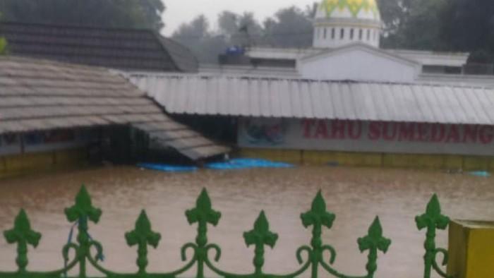 Banjir rendam restoran tahu sumedang di Sukabumi
