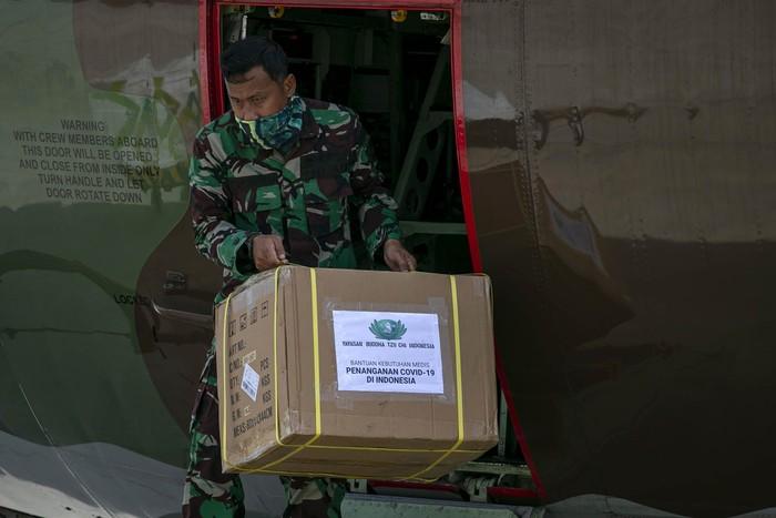 Personel TNI AU dengan alat berat menurunkan alat kesehatan (alkes) dari pesawat Hercules C-130 untuk RS Khusus Corona (COVID-19) Pulau Galang, di Bandara Hang Nadim, Batam, Kepulauan Riau, Kamis (26/3/2020). Sejumlah alkes yang diangkut pesawat Hercules C-130 TNI AU dari Bandara Halim Perdana Kusuma  tiba di Batam dan langsung dibawa menuju   RS Khusus Corona (COVID-19) di Pulau Galang. ANTARA FOTO/M N Kanwa/ama.